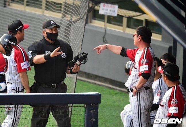 5회 공수 교대 때 류중일(오른쪽) LG 감독이 오재원의 교체를 놓고 전일수(왼쪽에서 두 번째) 구심과 이야기를 나누고 있다.