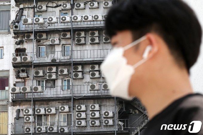 사진] 무더위에 열기 쏟아내는 에어컨 실외기 - 머니투데이 뉴스