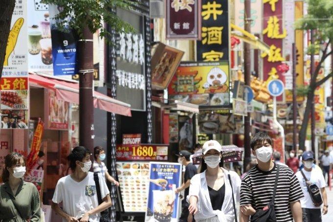 지난 3일 일본 도쿄 인근 요코하마 차이나타운에서 신종 코로나바이러스 감염증(코로나19) 예방을 위해 마스크를 쓴 사람들이 걷고 있다. 도쿄에서 2일 코로나19 신규 확진자가 34명 발생하면서 도쿄도는 도쿄 경보를 발령했다. 일일 확진자가 30명을 넘어선 건 지난달 14일 이후 19일 만으로 도쿄지역 확진자는 총 5283명, 사망자는 306명이다. /사진=뉴시스