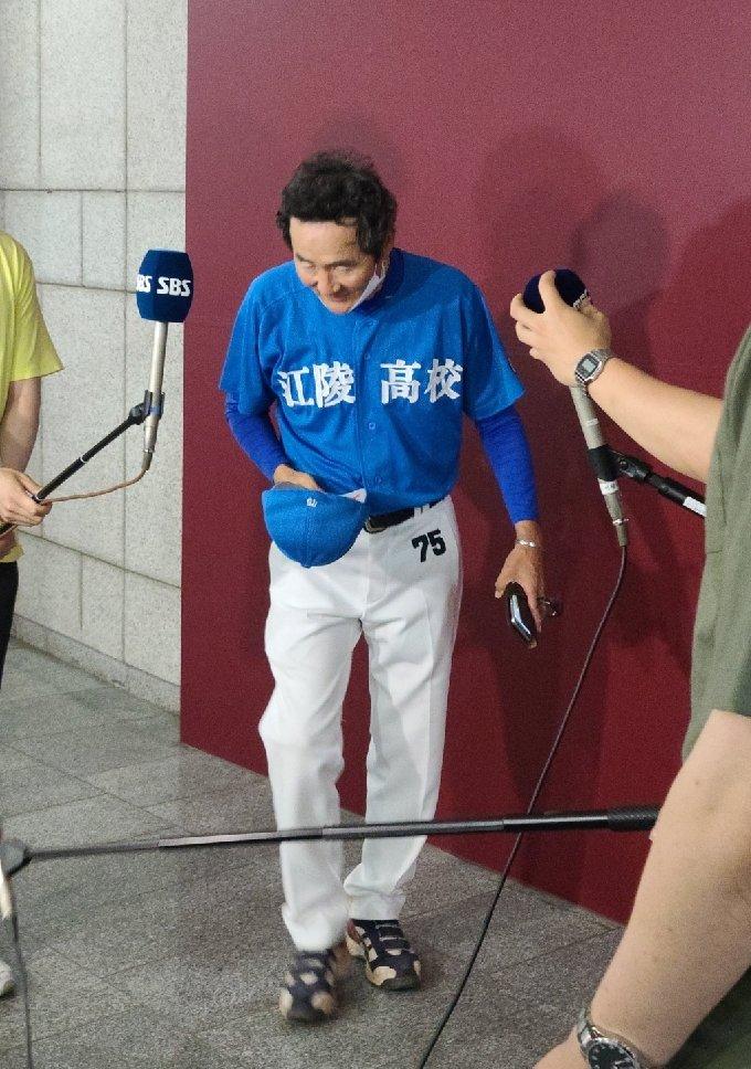 경기 후 취재진 앞에서 인사하는 최재호 감독. /사진=김우종 기자