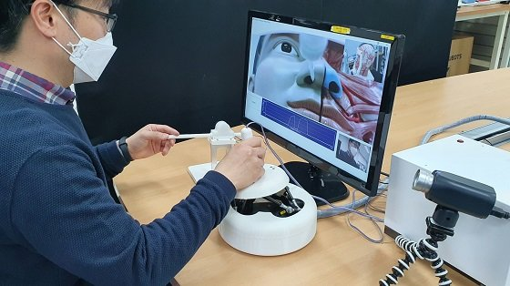 한국기계연구원 서준호 박사 연구팀이 비대면 원격 검체 채취 로봇을 시연하고 있다. 의료진이 마스터 장치를 움직이면, 원격지의 슬레이브 로봇이 의료진의 움직임대로 상하좌우로 이동하며 검체를 체취할 수 있다/사진=기계연