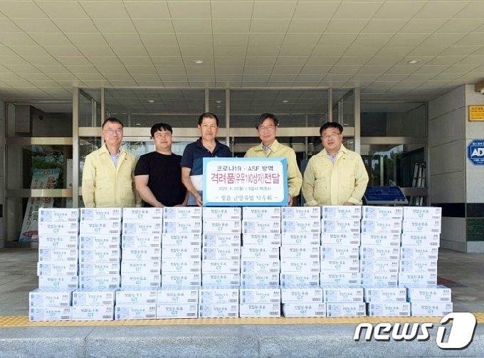전북 정읍시 남양유업 낙우회(회장 김삼천)가 23일 코로나19와 아프리카돼지열병(ASF) 방역을 위해 노력하고 있는 공무원들을 위해 우유 100상자를 기부했다. /© 뉴스1