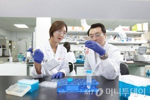 sk바이오팜 연구소 연구원들이 연구 활동을 벌이고 있다. /사진제공=SK바이오팜