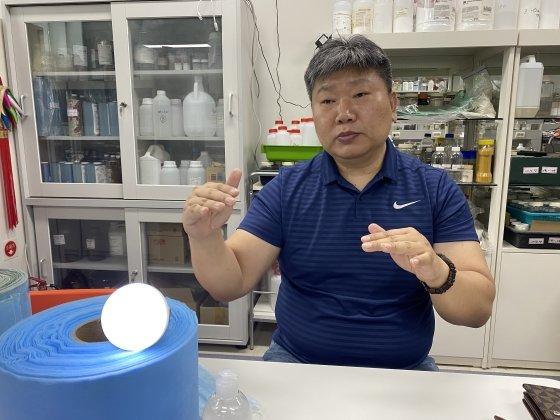 양기대 코라이진텍 연구소장이 미세전류 마스크의 효능에 대해 설명하고 있다.