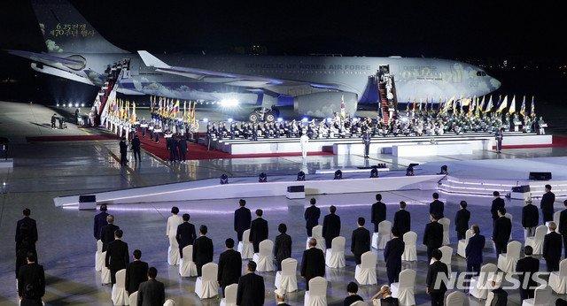 [성남=뉴시스] 배훈식 기자 = 25일 경기 성남시 서울공항에서 열린 6·25전쟁 제70주년 행사에서 국군전사자들의 유해가 봉환되고 있다. 2020.06.25.   dahora83@newsis.com