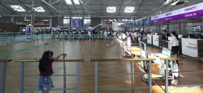 일본 정부의 경제보복 조치로 여행자제와 불매운동이 이어지던 지난해 8월 인천국제공항 일본행 탑승수속 카운터가 한산한 모습을 보이는 반면 베트남행 카운터는 여행객들로 붐비고 있다. /사진=머니투데이DB