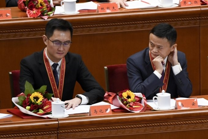 알리바바의 공동창업자 마윈 회장이 텐센트 마화텅 회장을 바라보고 있다./사진=AFP