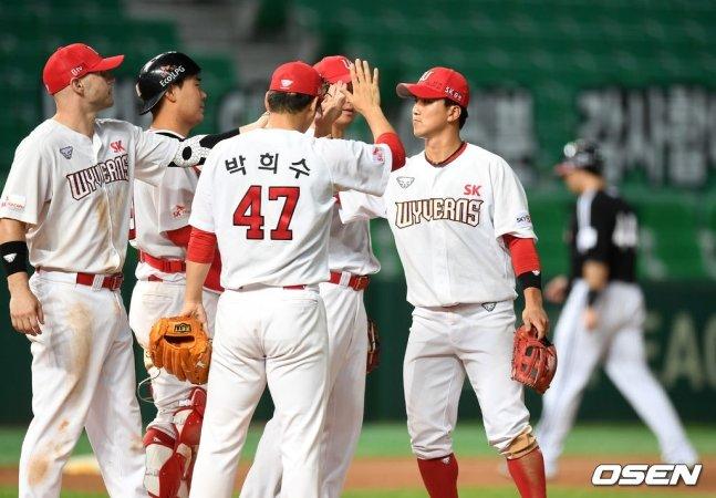 26일 경기 후 SK 선수단이 하이파이브를 나누고 있다.
