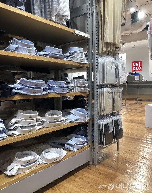 유니클로 남성 셔츠 코너에는 인기 상품의 XL, L사이즈는 대부분 품절 상태였다/사진=오정은 기자