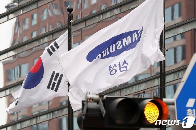 서울 서초구 삼성전자 서초사옥의 삼성 깃발. 2020.6.29/뉴스1 © News1 민경석 기자