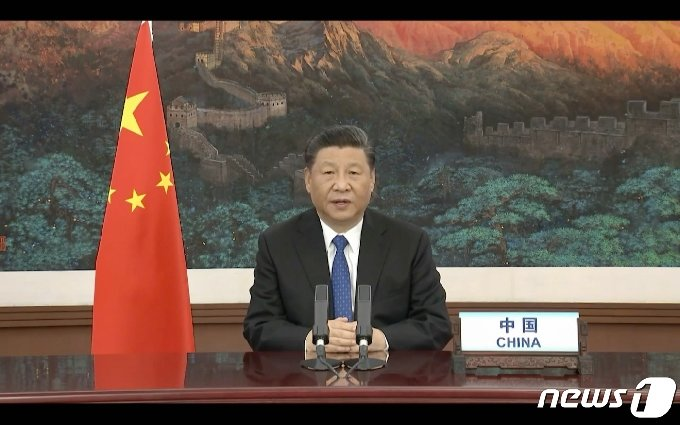 시진핑 중국 국가주석이 18일(현지시간) 제네바의 WHO 최고 의사결정기구인 제73차 세계보건총회(WHA) 화상회의 개막식에서 연설을 통해 코로나19는 WHO 주도로 조사하는 방안을 지지한다고 밝히고 있다. © AFP=뉴스1 © News1 우동명 기자