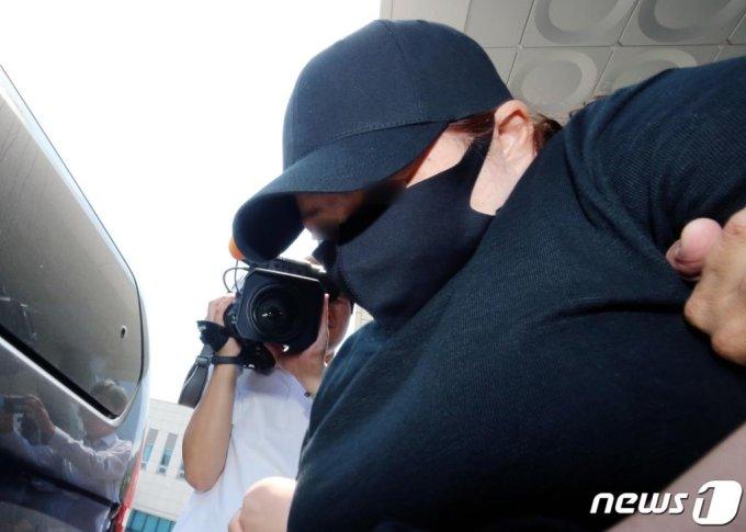 의붓 아들을 여행 가방에 가둬 숨지게 한 계모가 10일 오후 충남 천안 대전지검 천안지청으로 송치되기 위해 천안동남경찰서를 나서고 있다. /사진=뉴스1