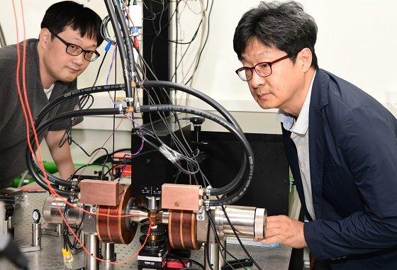 표준연 양자기술연구소 양자스핀팀이 브릴루앙 광산란 실험을 하고 있다. 황찬용 책임연구원(우), 김창수 선임연구원(좌)/사진=표준연