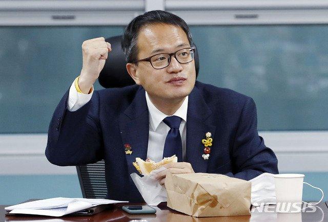 박주민 더불어민주당 의원이 이달 18일 서울 여의도 국회에서 열린 민주사법개혁연속세미나 '법원개혁 입법과제'에 좌장으로 참석해 이재정 의원과 인사하며 파이팅을 하고 있다. / 사진제공=뉴시스