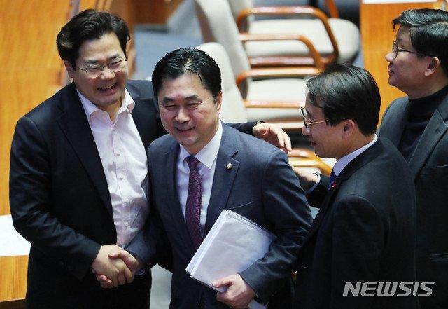김종민(왼쪽 두번째) 더불어민주당 의원이 지난해 12월 24일 서울 여의도 국회 본회의장에서 열린 본회의에서 공직선거법 개정안에 대해 무제한 토론을 끝내고 동료 의원과 인사를 나누고 있다. / 사진제공=뉴시스