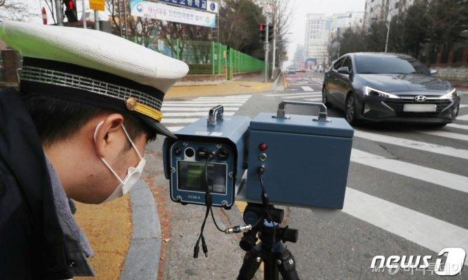 대전 서구 둔산 초등학교 앞 스쿨존에서 둔산 경찰서 교통안전계 경찰이 과속 차량을 단속을 하고 있다. /사진=뉴스1
