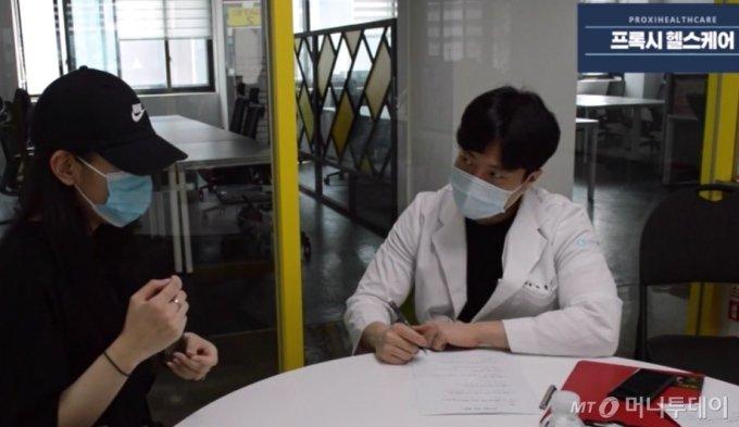 프록시헬스케어 칫솔 치약 효능 2차 테스트를 진행한 박종진 통합치의학 전문의(현 S다인치과 통합과장)가 지난 6월13일 참여자로부터 사용 3주후 개선사항에 대해 듣고 있다./사진제공=프록시헬스케어