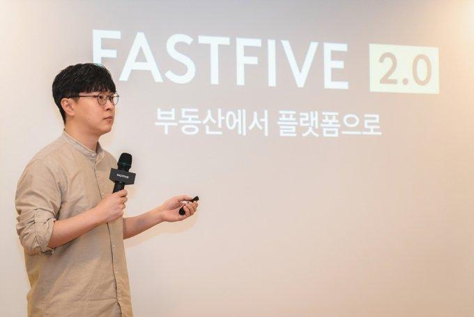 박지웅 패스트파이브 이사회 의장이 30일 패스트파이브 여의도점에서 열린 기자간담회에서 취재진의 질문에 답하고 있다./사진=패스트파이브