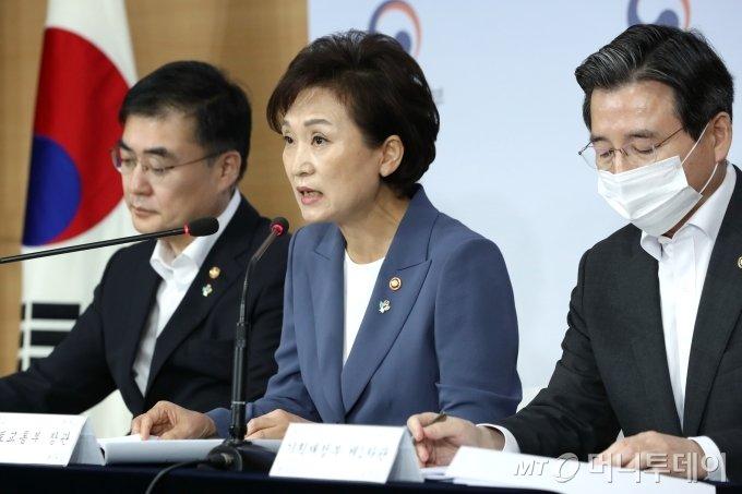 김현미 국토교통부 장관이 17일 오전 종로구 정부서울청사 합동브리핑실에서 갭투자 규제 관련 '주택시장 안정을 위한 관리방안'을 발표하고 있다. / 사진=이기범 기자 leekb@