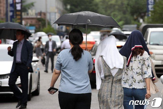전국에 비가 예보된 30일 오후 서울 시내의 한 거리에서 시민들이 우산을 쓰고 발걸음을 옮기고 있다. 2020.6.30/뉴스1 © News1 이승배 기자