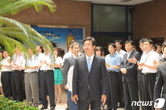 2010년 7월1일 수원시청으로 첫 출근한 염태영 수원시장이 직원들의 환호를 받고 있다. © 뉴스1