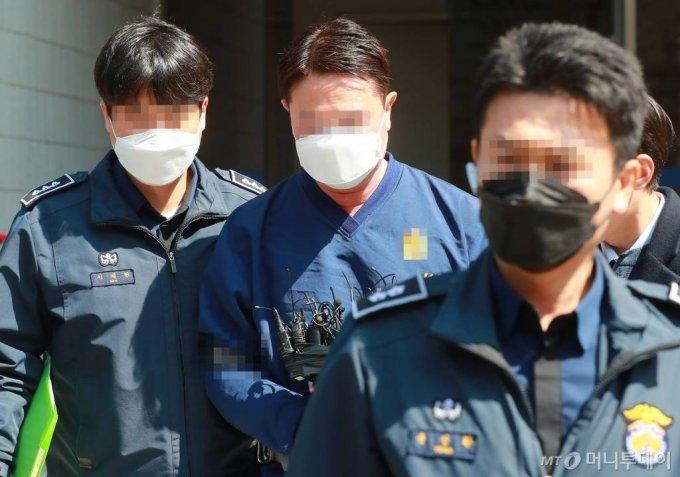 라임자산운용 사모펀드 환매 중단 사태와 관련해 긴급 체포된 신한금융투자 전 본부장 임모씨가 27일 오후 서울 남부지방법원에서 영장실질심사를 받은 뒤 청사를 나서고 있다. / 사진=이동훈 기자 photoguy@