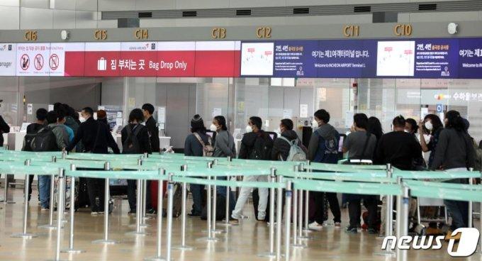 유럽연합(EU)이 한국에 대해 입국 제한을 해제한 1일 인천국제공항 출국장에서 탑승객들이 출국 수속을 하고 있다. EU는 신종 코로나바이러스 감염증(코로나19) 확산을 막기 위해 지난 3월부터 외국인 입국을 제한해 왔다. EU 회원국들은 이날 한국 등 14개국(알제리, 호주, 캐나다, 조지아, 일본, 몬테네그로, 모로코, 뉴질랜드, 르완다, 세르비아, 태국, 튀니지, 우루과이)에 대해 입국 제한을 해제했다. /사진=뉴스1