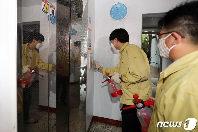 1일 오후 광주 북구 오치동 한 아파트에서 해당 동 관계자들이 방역 소독을 하고 있다. 2020.7.1 /뉴스1 © News1 황희규 기자
