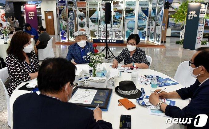 1일 인천시청 중앙홀에서 열린 '2020 인천 시민시장 대토론회'에서 온·오프라인으로 참석한 시민시장들이 토론을 하고 있다.© 뉴스1