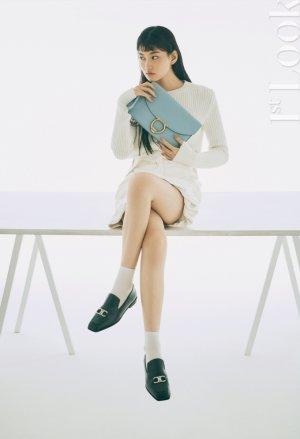 위키미키 도연, 슬림 니트+가방 포인트…