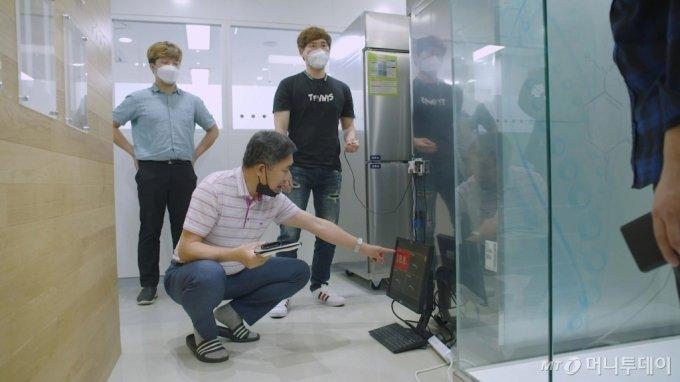 삼성전자 멘토들이 코로나19 진단키트 제조업체 코젠바이오텍의 냉동고 온도 실시간 모니터링 시스템을 테스트하고 있다. /사진제공=삼성전자