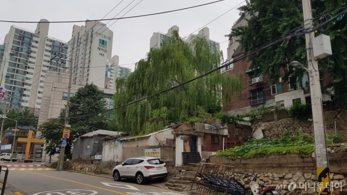 서울 관악구 봉천동 '관악드림타운' 아파트와 주택 재개발 구역 모습/사진= 박미주 기자