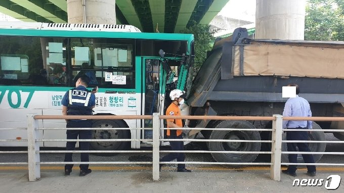 2일 오후 1시47분께 경기 남양주시 퇴계원면 검문소 사거리에서 시내버스가 덤프트럭을 추돌해 14명이 다쳤다. © 뉴스1