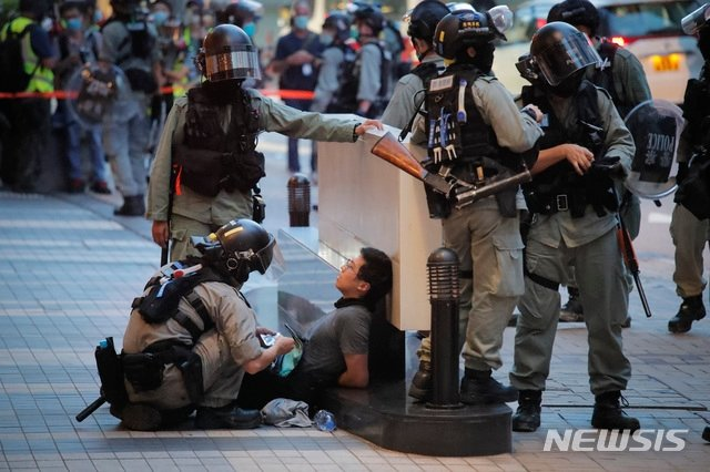 [홍콩=AP/ 뉴시스] 1일(현지시간) 홍콩에서 경찰이 홍콩반환기념일 시위자를 붙잡은 모습. 2020.07.02.