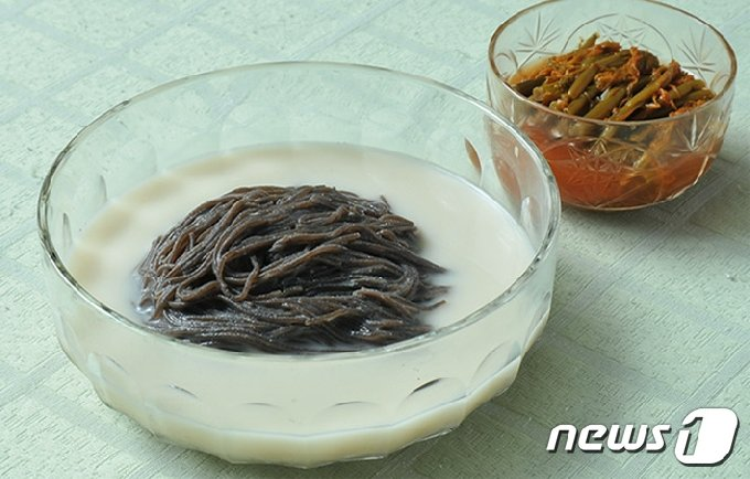 북한 함경도 특산 음식인 감자농마국수('내나라' 갈무리)© 뉴스1