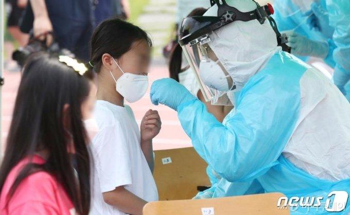 (대전=뉴스1) 김기태 기자 = 2일 오전 대전 동구 천동초등학교 운동장에 설치된 이동 선별진료소에서 의료진이 전교생 및 교사·교직원 등 약 1000여명을 대상으로 신종 코로나 바이러스 감염증(코로나19) 검사를 하고 있다. 2020.7.2/뉴스1