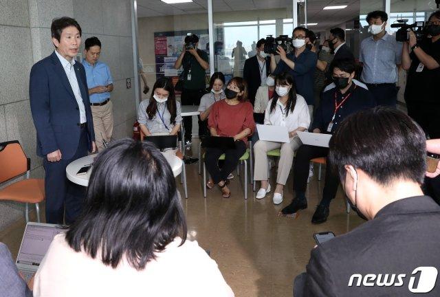 통일부 장관으로 내정된 이인영 더불어민주당 의원이 3일 오후 서울 여의도 국회 의원회관에서 입장을 밝히고 있다.. 2020.7.3/사진=뉴스1