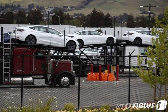 프리몬트 공장에서 테슬라 신차들이 트럭에 실려나가고 있다.   ⓒ AFP=뉴스1
