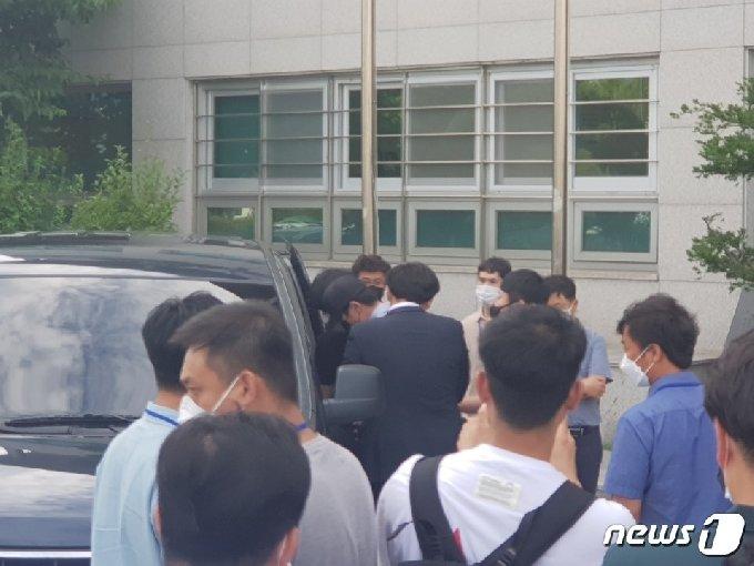 아동·청소년의 성보호에 관한 법률 위반 등으로 구속된 A씨(38)가 3일 춘천경찰서에서 호송차량에 올라타고 있다.© 뉴스1