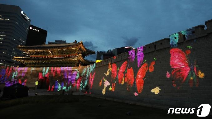 [사진] 숭례문 외벽에 송출된 알록달록 나비