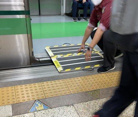 휠체어를 위한 지하철 안전 발판을 놓고 있는 사회복무요원./사진=남형도 기자