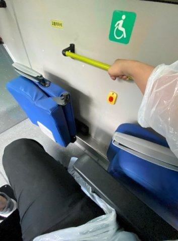 휠체어를 타고, 버스에 오르니 손잡이를 놓을 수 없었다. 조마조마한 마음이었다./사진=남형도 기자