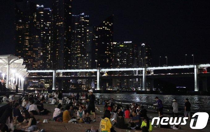 폭염경보가 이어지고 있는 31일 오후 부산 수영구 민락수변공원을 찾은 시민들이 바다바람을 맞으며 더위를 식히고 있다. 2018.7.31/뉴스1 © News1 여주연 기자