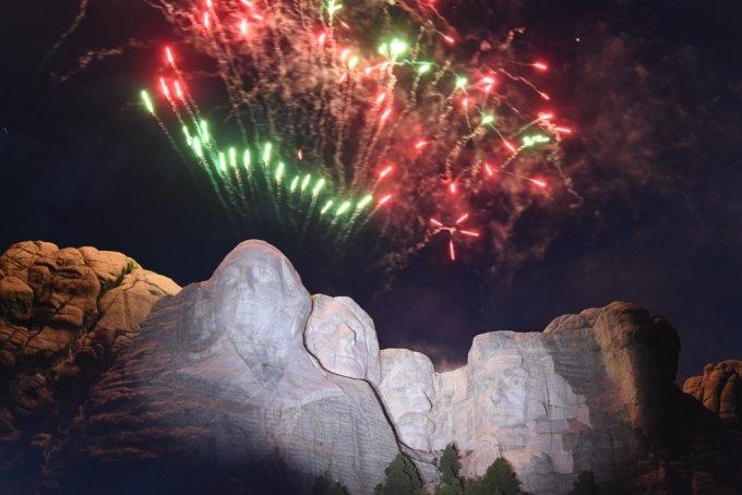 미국 독립기념일을 하루 앞둔 3일(현지시간) 사우스다코타주의 러시모어산에서 불꽃놀이 행사가 열렸다/사진=AFP