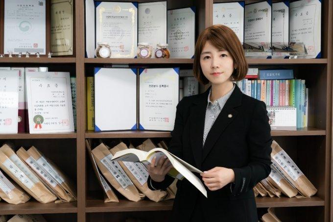 최나리 변호사.