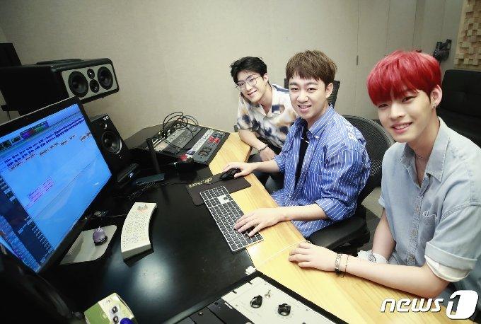 온앤오프 와이엇(왼쪽부터), 황현 프로듀서, 온앤오프 효진 © News1 권현진 기자