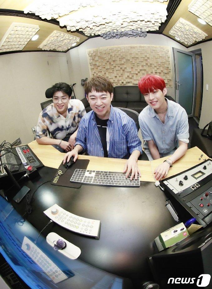 온앤오프 와이엇(왼쪽부터), 황현 프로듀서, 온앤오프 효진© News1 권현진 기자