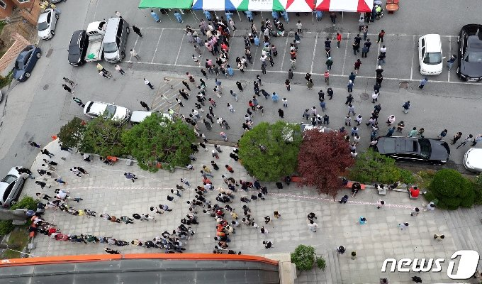 3일 오후 광주 북구 일곡동의 한 교회 앞에 설치된 이동선별진료소에서 해당 교회 신자와 가족들이 코로나19 검사를 받기 위해 줄지어 서있다. 2020.7.3/뉴스1 © News1 황희규 기자