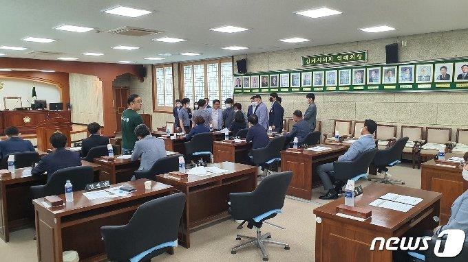김제시의회가 지난 1일 임시회를 열고 후반기 의장단을 선출할 예정이었으나 부적절한 관계에 있던 남녀의원간에 다툼이 벌어지면서 무산됐다. /© 뉴스1