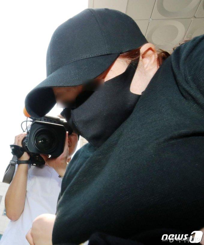 의붓 아들을 여행 가방에 가둬 숨지게 한 계모가 10일 오후 충남 천안 대전지검 천안지청으로 송치되기 위해 천안동남경찰서를 나서고 있다. 2020.6.10/뉴스1